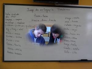 Henry Manera y Eduardo Bico, de 1ero. BB de Bachillerato de Informática, Instituto Tecnológico Superior Paysandú, trabajando con los parónimos.